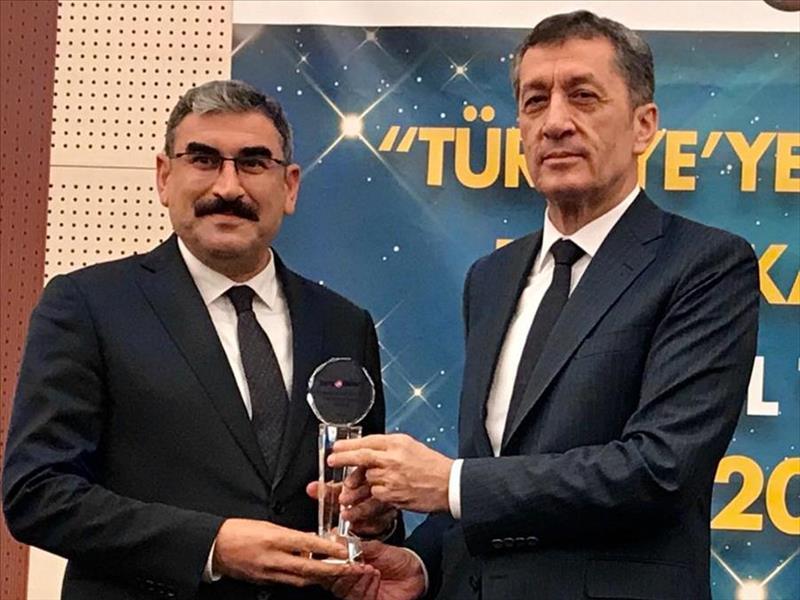 """KOSGEB Başkanı Prof. Uzkurt'a """"Yılın Bürokratı"""" Ödülü"""